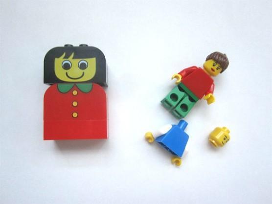 赤いバケツと青いバケツの人形比較