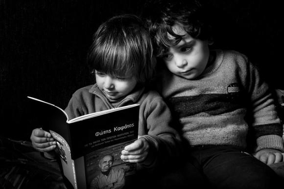 絵本を読む2人の子ども
