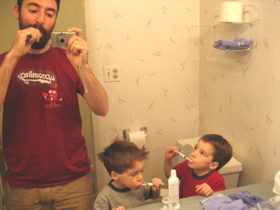 家族で歯磨きする