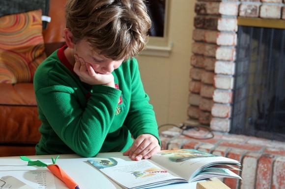 絵本を1人で読む子ども