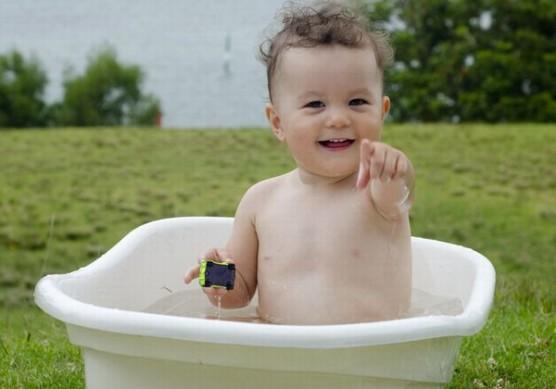 お風呂に入る赤ちゃん