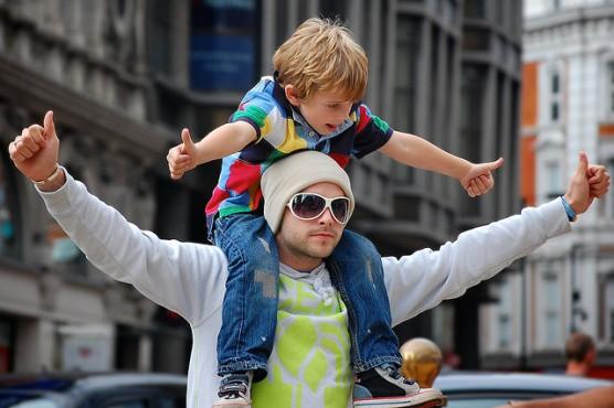パパと子供が喜んでいる写真