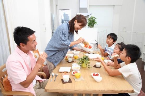 食事をする子育て家族