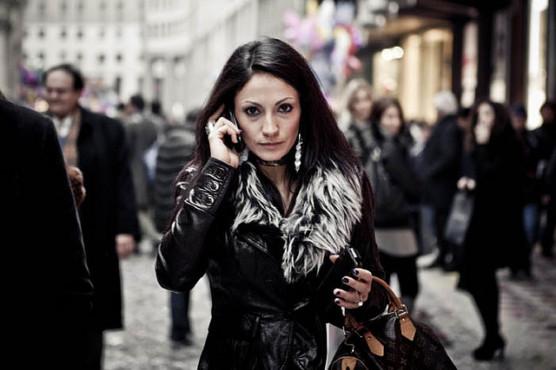 携帯電話で話す女性の写真
