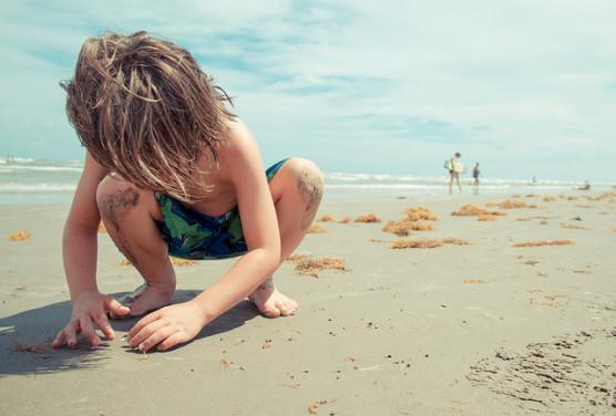 夏に外で遊ぶ子ども