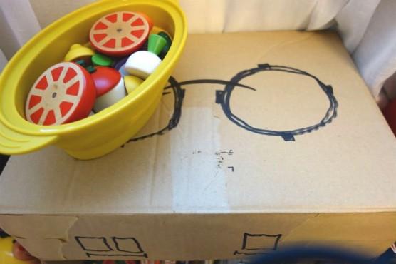 手作りおもちゃで遊ぶ (1)