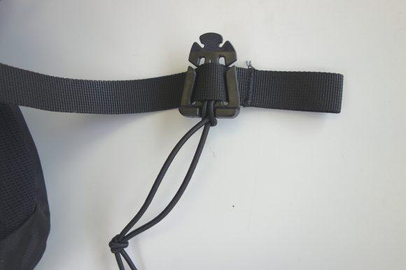 リュックの余った紐が邪魔なのでまとめるグッズを使ってみた (1)