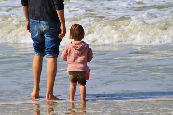 海辺で遊ぶ親子
