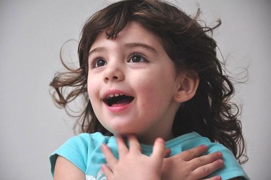 サプライズに喜ぶ少女の写真