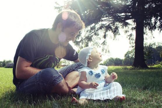 子育て中のパパと子供 (1)
