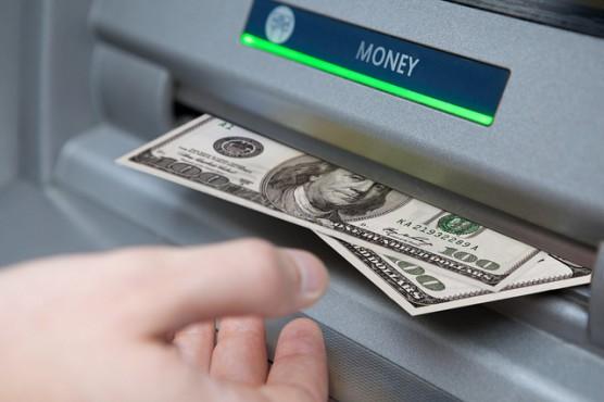 ATMでお金を引き出す