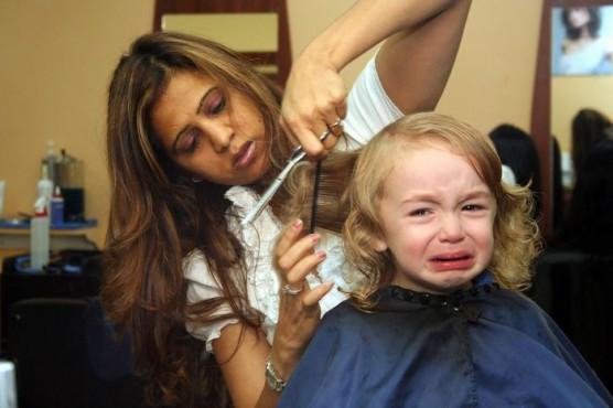 赤ちゃんや子どもの髪を切る (1)