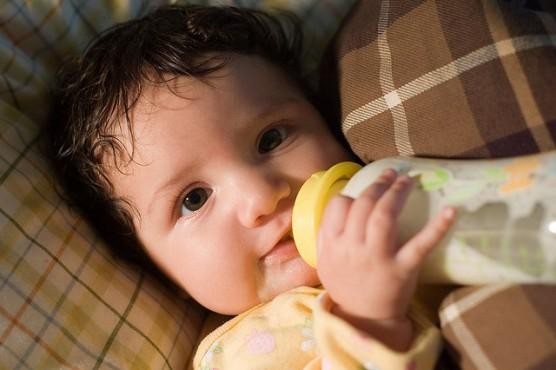 哺乳瓶を飲む赤ちゃん