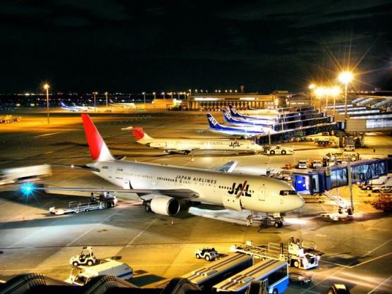 羽田飛行場に駐機する旅客機
