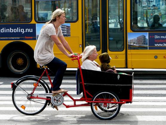 子どもを載せている自転車の写真