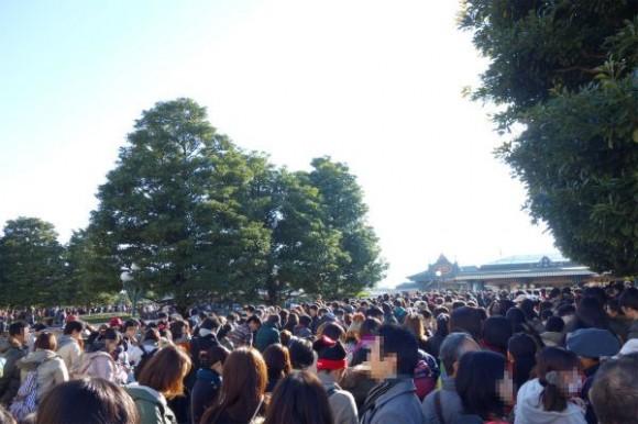 ディズニーランドの開園待ちの行列 (1)