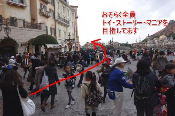 東京ディズニーシーの朝一でトイ・ストーリー・マニアのFP発券に向かう人たち