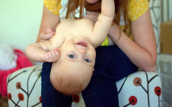 家の中で喜ぶ赤ちゃん