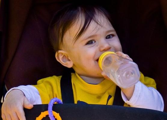 哺乳瓶を飲む赤ちゃん3
