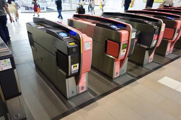 自動改札機はベビーカーや幼児をセンサーで判別している
