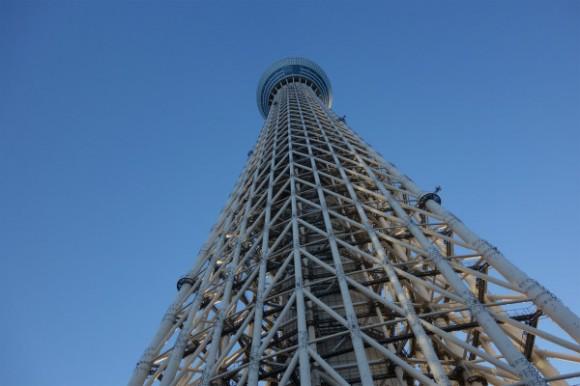 東京スカイツリーを下から眺める