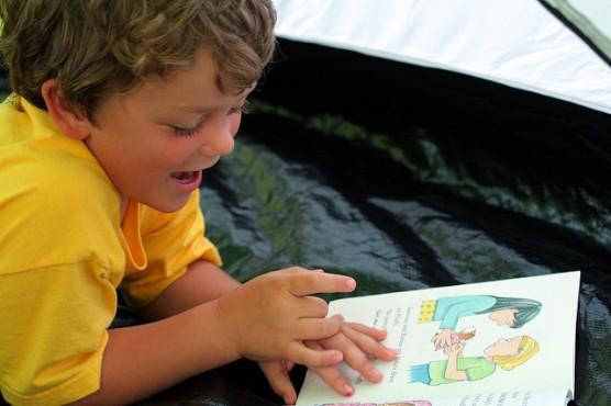 児童書を読む子供