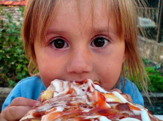 ピザを食べる子供