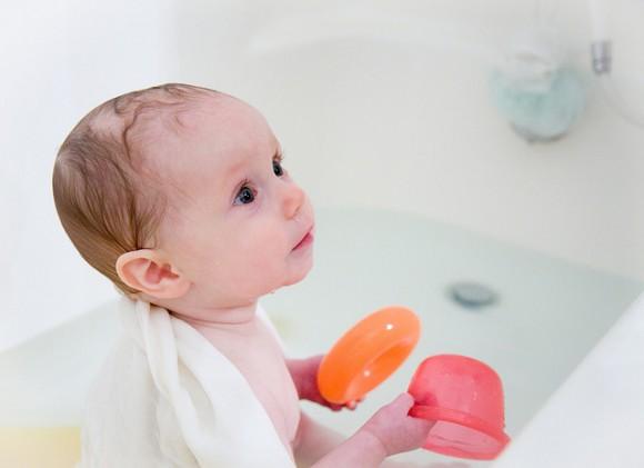 お風呂に笑顔で入る赤ちゃん