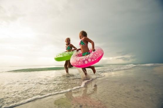 夏の海で遊ぶ子どもたち