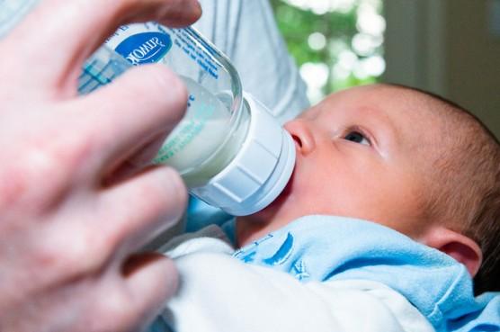 哺乳瓶を飲む赤ちゃん2
