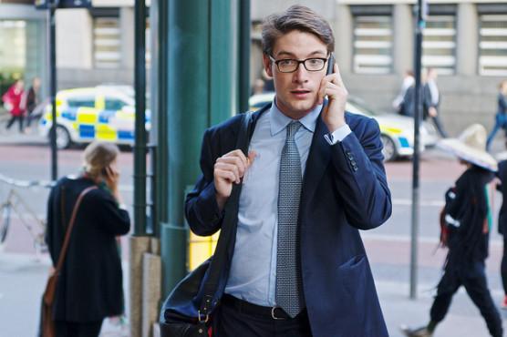 電話をする男性の写真
