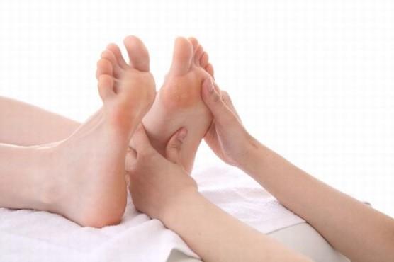 足のマッサージ (3)