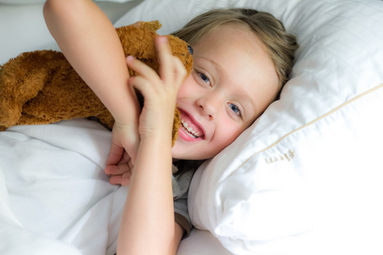 枕を使って寝る子ども
