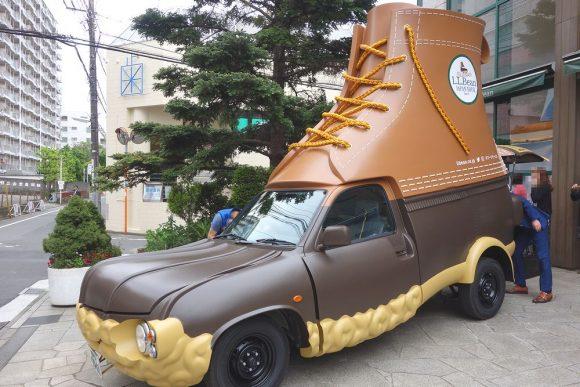 L.L.Beanの茶色い靴ビーンブーツの車「ブーツモービル」