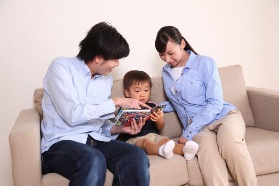 絵本を読み聞かせする家族