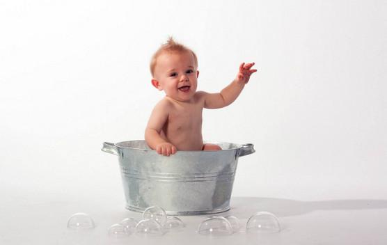 子どもがお風呂に入る写真