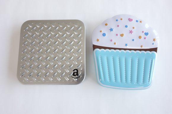 Amazonギフト券(ボックスタイプ)のシルバープレートとカップケーキ