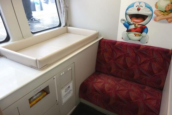 スーパービュー踊り子号の授乳室とおむつ替えベッド (2)